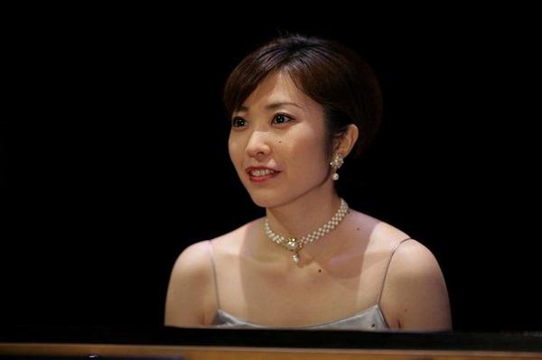 Томона Миядзаки известная японская пианистка,  лауреат международных конкурсов Посол по туризму префектуры Кагава