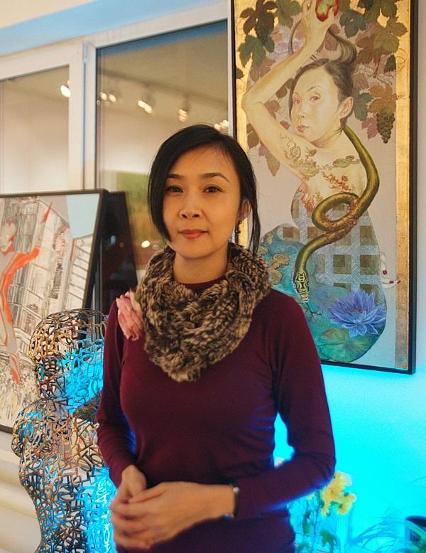 Художник  Минако Ота у своей картины в галерее Art-Constantis