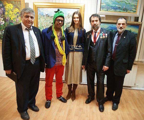 """Автор выставки  """"Впечатления об Индии""""  с гостями вернисажа  4 марта 2016 года"""