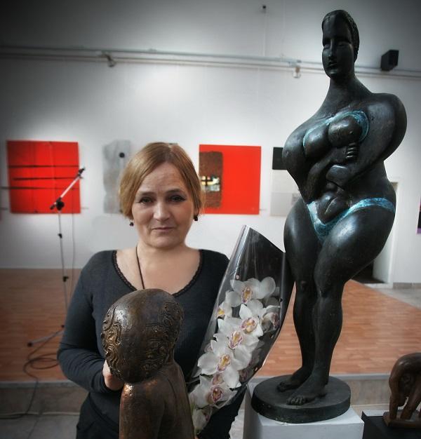 Скульптор  Елена Суровцева У своих скульптур  в выставочном зале  МОСХ, Кузнецкий мост, д. 11 лето 2015 г.