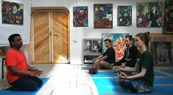 Йога помогает в борьбе с вредными привычками,  отказ от них происходит сам собой без лишних усилий.  Преподаватель Культурного Центра имени Джавахарлала Неру доктор Суреш Бабу провел занятие по йоге в Творческой Мастерской Рябичевых.  6 марта 2016 года