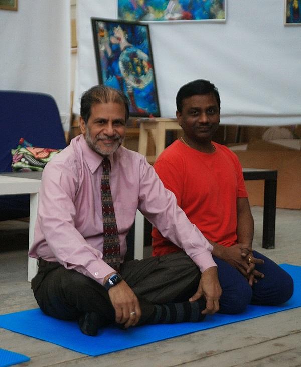 Преподаватель Культурного Центра имени Джавахарлала Неру доктор Суреш Бабу (справа) и Маллик Нидамарти, наш индийский друг, который очень помог в переводе методики. 6 марта 2016 года