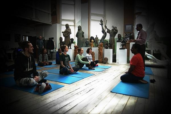 Преподаватель Культурного Центра имени Джавахарлала Неру доктор Суреш Бабу провел занятие по йоге в Творческой Мастерской Рябичевых.  6 марта 2016 года