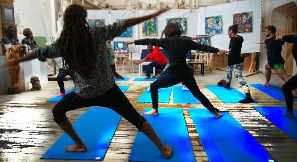 Даже самые несложные йога-упражнения, если они выполняются правильно, дают мощный целебный эффект. Преподаватель Культурного Центра имени Джавахарлала Неру доктор Суреш Бабу провел занятие по йоге в Творческой Мастерской Рябичевых.  6 марта 2016 года