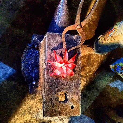 Этот цветок мы увидели в Мастерской Александра Галимова. Он из раскаленного металла, а выглядит как живой.
