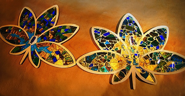 В этих работах все соответствует теме:  выбранная форма, цвет, рисунок используемых предметов.  В форму лилии уложены цветные стеклышки,  а также фрагменты разбитых египетской чашки и тарелки, с подходящим узором.