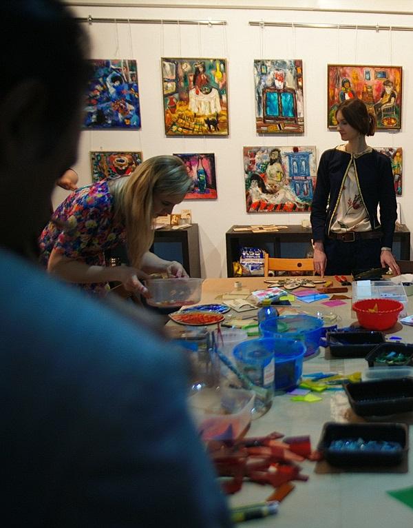 Подготовка мастер-класса по мозаике в Творческой Мастерской Рябичевых 6 марта 2016 года