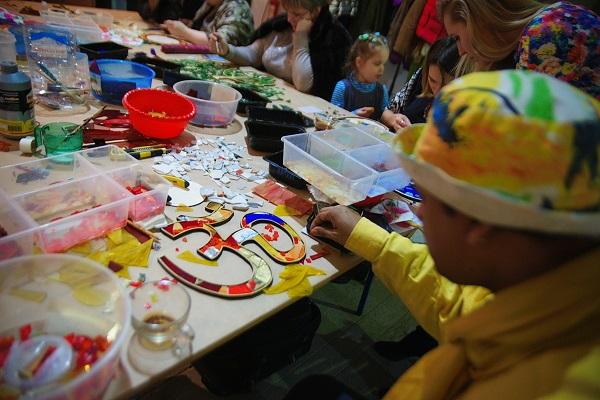 Искусство мозаики в равной степени интересно и детям и взрослым.