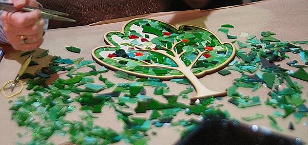 Дерево -- одна из форм  мастер-класса по мозаике из витражного стекла,  который проводит мастер Михаил Кипятков
