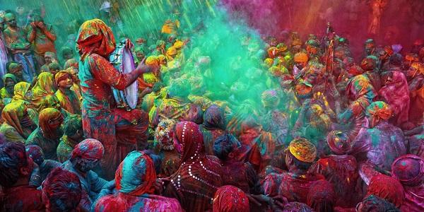 На фото: Праздник Холи Мела в Индии. Термин Мела означает «собрание», «встреча» или ярмарка.  В Индостане используется для обозначения различного рода и масштаба собраний,  которые могут носить религиозный, коммерческий, культурный или спортивный характер.  В сельской традиции собраний Мела большое значение играли пища и базары.  Этот обычай представители южно-азиатской диаспоры  «экспортировали» с собой в другие страны,  где сложились постоянные культурно-национальные сообщества. Холи Мела (Holi Mela) — это фестиваль в честь праздника Холи,  иначе называемого Фестиваль Красок.  Холи Мела является традиционным форматом празднования Холи для выходцев из Индии,  живущих за границей.  Фестивали Холи призваны привнести основные ценности праздника  (радость общения, новых встреч и дружбы) в новое для индийцев сообщество.  Традиционными для Холи Мела является буфет со сладостями и индийскими блюдами,  музыкальная программа,  выступление танцоров с традиционными индийскими танцами,  ярмарка индийской одежды, ремесленных изделий, украшений и игрушек.  Праздник сопровождается традиционным осыпанием участников цветными порошками,  изготовленными из натуральных компонентов нима (маргозы), кумкума, билвы и других аюрведических растений.