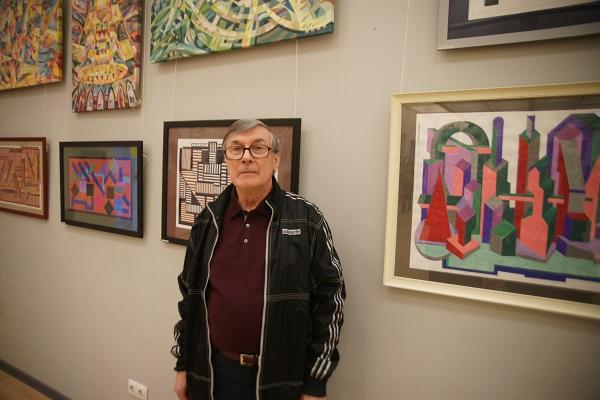 Виктор Владимирович Кисилев профессор МАРХи, архитектор, коллекционер на фоне своих работ