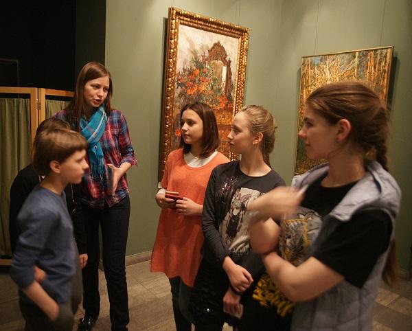 Выставка вызывает особенный интерес у самой широкой публики. Среди поклонников мастера много юных художников.