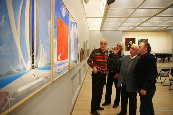 Виктор Федорович Орловский  рассказывает о своей работе, представленной на выставке в ЦДА