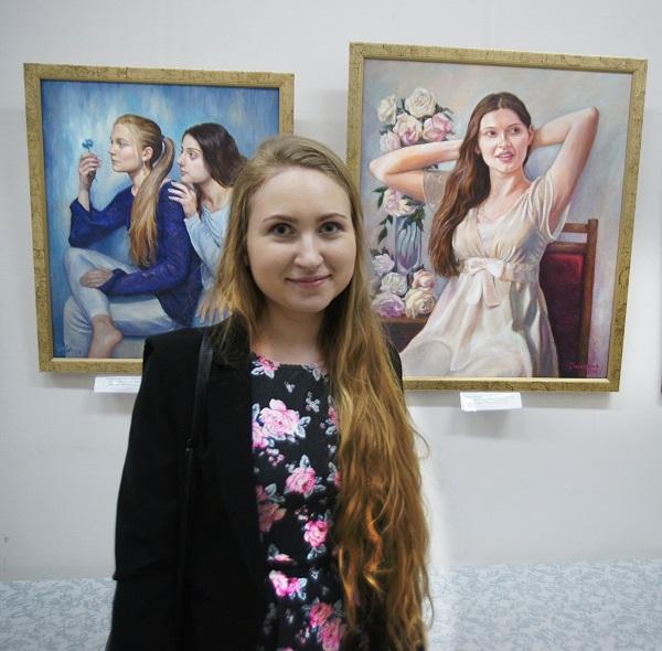 Александра Галицкая  на фоне своих работ