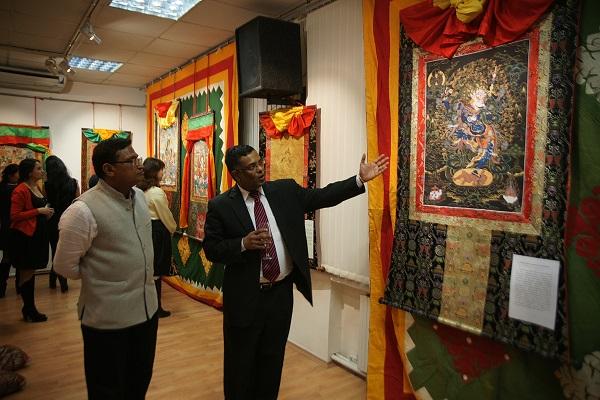 господин Дж. Баласубраманиан (справа)  заместитель Посла Республики Индия в России на выставке Николая Дудко в Культурном центре имени Джавахарлала Неру