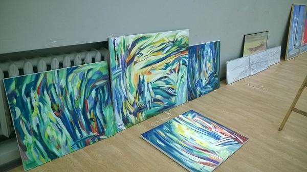 Работы Евгения Анатолиевича Окишевича выставка в процессе монтажа