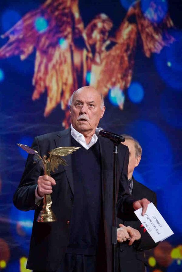 """""""Вы нас осыпали этими """"Никами"""", -  заметил Говорухин, до этого никогда не получавший статуэток богини победы. На этот раз его победа – в номинации «Лучшая режиссерская работа»."""