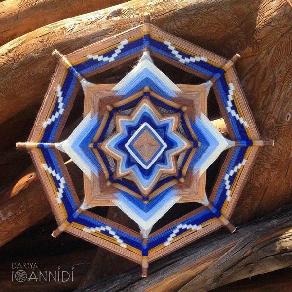 """Ojo de Dios - искусство плетения мандалы из шерстяных нитей, истоком которого было индейское племя Уичоль!  С помощью мандалы можно было рассказать целую историю, заложить посыл или пожелание! Считалось, что через """"око"""" мандалы Бог присматривает за людьми, оберегая их!"""
