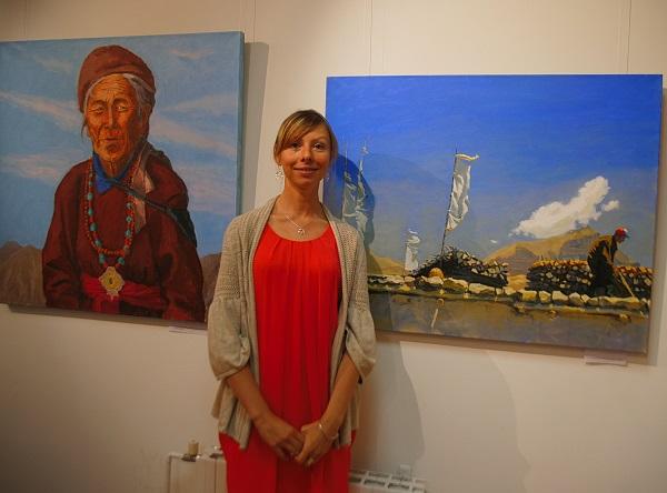 Художник  Ольга Конорова  на фоне своих работ