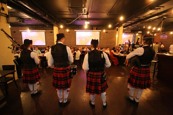 Выступление оркестра волынщиков City Pipes в MadMan Pub&Kitchen на  мини-фестивале шотландской культуры и напитков фото: Михаил Балашов