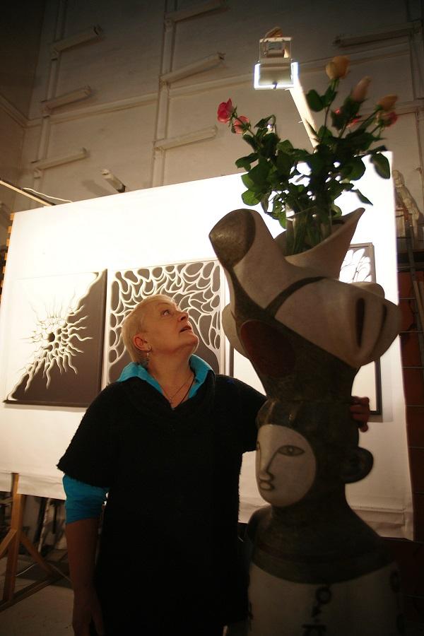 Маргарита Юркова рядом со своей керамической скульптурой в Творческой Мастерской Рябичевых