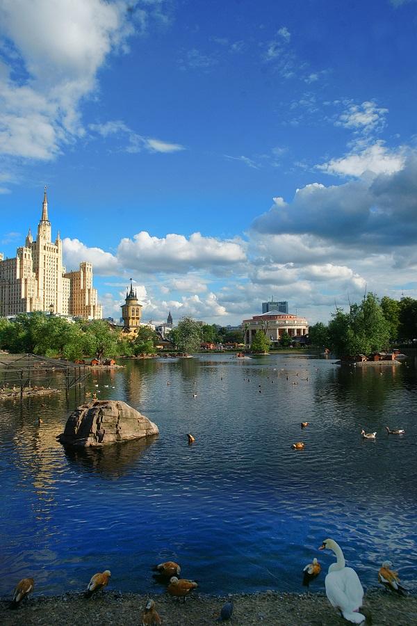 """Когда-то место, где сегодня расположен Московский зоопарк называлось """"Пресненские пруды"""".  Сегодня даже в жару здесь у воды в тени веет прохладой. Очень уютно в любую погоду как, впрочем, в любой сезон."""