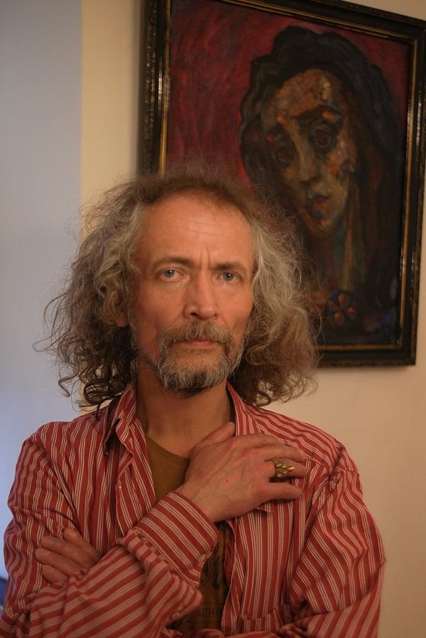 Салават Вахитов художник, режиссер на фоне написанного им портрета художника Тамары Аксировой