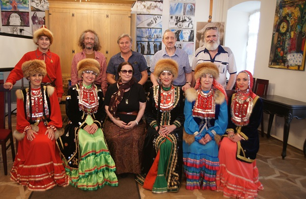 Коллеги, гости, земляки и друзья Салавата Вахитова на выставке картин Тамары Аксировой в Доме-музее Марины Цветаевой