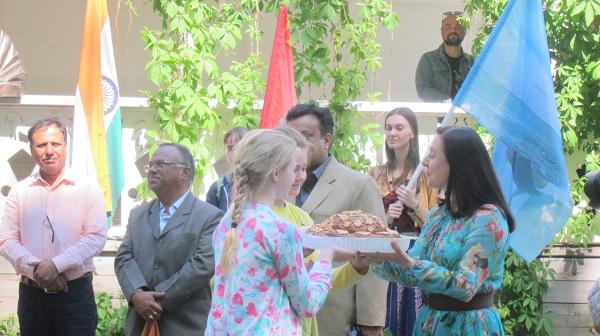 Дети из Клинского района преподнесли Екатерине Толстой большой праздничный пирог.