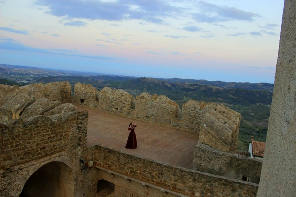 Санта Северина  город расположился высоко в горах,  365 км над уровнем моря