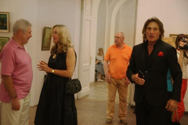 Евгений Окиншевич с коллегами  на открытии своей персональной выставки  в Российской Академии художеств 19 июля 2016 года