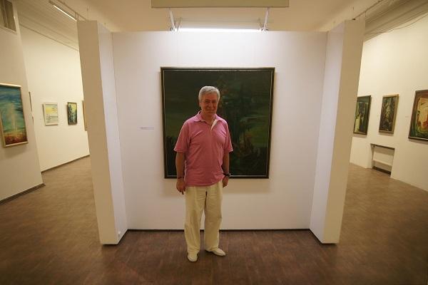 Евгений Окиншевич  на фоне своей работы  в Российской Академии художеств 19 июля 2016 г.