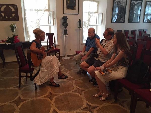 Общение участников и гостей после торжественного открытия выставки и концерта