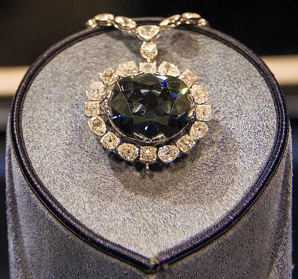 Алмаз Хоупа.  Считается, что он был получен из 115-каратного Голубого алмаза Тавернье, который к версальскому двору из Индии привёз знаменитый охотник за драгоценностями Жан-Батист Тавернье. Тот приобрёл его где-то поблизости от Голконды. Считается, что алмаз Тавернье был добыт в коллурских копях и одно время украшал статую богини Ситы. После того, как Тавернье продал свой алмаз королевскому ювелиру, тот изготовил из него несколько меньших по размеру камней. Один из них, некогда украшавший перстень императрицы Марии Фёдоровны, ныне хранится в Алмазном фонде. Другой имел вес 69 карат и фигурировал в описях королевских сокровищ как «голубой алмаз короны» (фр. diamant bleu de la Couronne) или «голубой француз». Людовик XIV, как полагают, носил его на шее вправленным в золотой кулон, а при Людовике XV он украшал королевскую подвеску с орденом Золотого руна. В 1787 году естествоиспытатель Матюрен-Жак Бриссон позаимствовал камень у короля для научных опытов. Когда с началом революции в 1792 году королевское семейство попало под домашний арест, во дворец проникли воры, которые похитили все драгоценности короны, не исключая и голубой алмаз. Хотя на этом история камня по документам обрывается, о его дальнейшей судьбе существует много догадок. Согласно одной из гипотез, кража была подстроена Дантоном для подкупа врагов революции, согласно другой — камень попал в руки принца-регента Георга IV, а потом ушёл с молотка ради покрытия долгов одной из его фавориток.