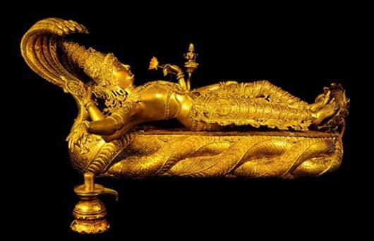 Среди ювелирных  украшений, тонн золота и серебра в монетах и слитках здесь были найдены так же: пятиметровое золотое ожерелье, статуя бога Вишну, возлежащем на змее Ананте высотой 1,2 метра.