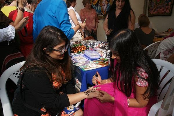 Особенным интересом пользовался стенд, где  все желающие могли получить прекрасный подарок -- традиционная  роспись мехенди -- украшение и оберег