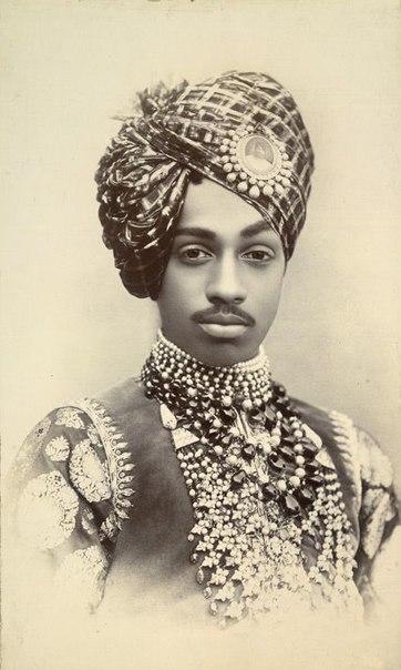 Индийские махараджи, несмотря на роскошь и многосложность нарядов и украшений, всегда выглядели гармонично как обладатели самого безупречного вкуса — ничего лишнего!