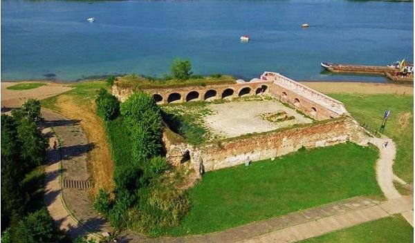 Шабац - город и бывшая крепость в Сербии, расположенная на правом берегу Савы, в 70 км от Белграда. Изначально поселение города-крепости Шабац появилось там еще в средние века (1454) и в летописи сохранилось название «Заслон». До момента завоевания теперешней крепости Шабац турками, город являлся частью сербской державы. В 1470 г. турецкие завоеватели фортифицировали город. В 1476 царь венгерского государства Маттиас завоевал крепость, и Австро-Венгрия оставалась там вплоть до 1521. Время спустя крепость была «переходящим знаменем» у турков с австрийцами, так продолжалось несколько раз.Все это происходило по причине серьезного географического и стратегического месторасположения крепости. В конце XVIII - начале XIX веков, когда происходили военные действия России и Австрии против Турции, город-крепость Шабац оказался в самой гуще событий. Этимология происхождения имени Шабац точно не известна, скорее всего название связано с рекой, на которой находится крепость. Название находится в использовании с XV века.