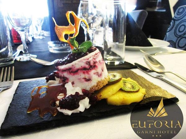 Hotel EUFORIA LONGE  Обед и ужин здесь заканчиваются десертом.  Свежие фрукты и мороженое в прекрасном оформлении.