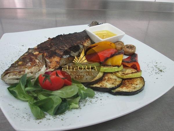 Сербская кухня -  это ода мясу и овощам!  Но рыбу готовить здесь тоже умеют и любят!  Гриль -- один из самых полезных способов приготовления очень популярен в Сербии