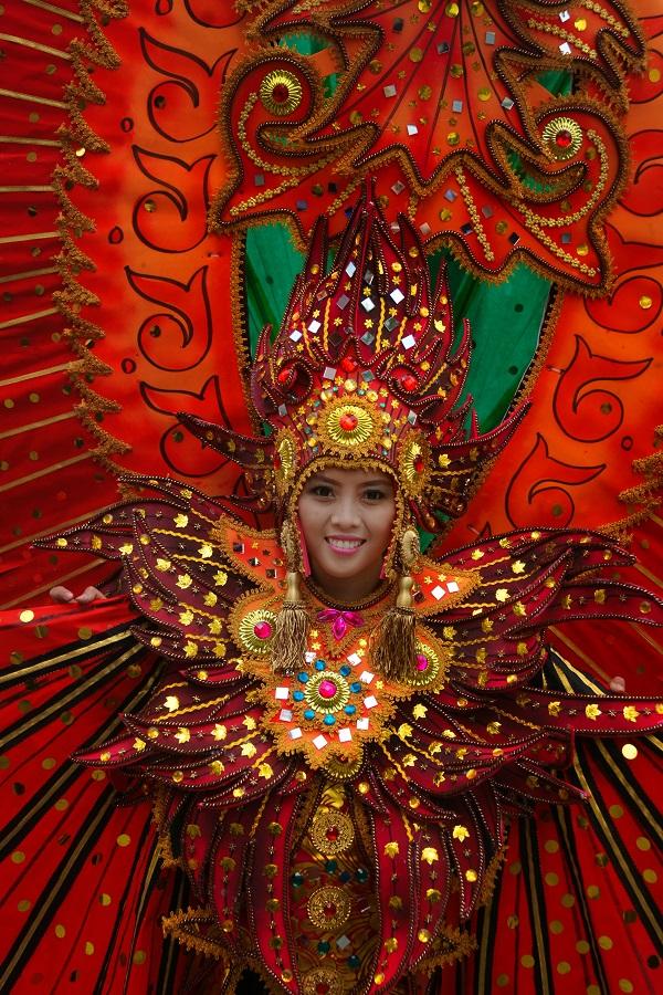 Искусство Тибета, Монголии, Непала, Шри-Ланки, Индонезии и других соседних стран развивалось в условиях постоянных культурных контактов с Индией, что отразилось и на фольклоре, и на иконографии многих мифологических персонажей. Часто встречается образ Гаруды в скульптуре, в живописи, других видах изобразительного искусства этих стран. Так повествует древнее предание о появлении на свет Гаруды — одного из популярнейших персонажей мифологии Индии и ряда соседних стран. Со временем у Гаруды появился целый ряд имен и эпитетов, связанных с его мифологическим обликом: Кхагадэв — бог птиц, Кхагарай — царь птиц, Кхагеша — владыка птиц и т. д.