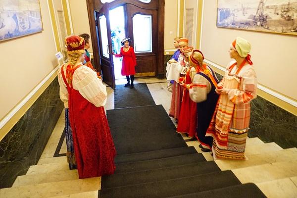 По старинной русской традиции  гостей встречали  с хлебом-солью