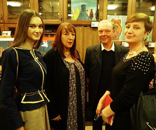 Искусствоведы Ольга Петрова (справа) и София Загряжская (слева)  с художником Алексом Дено и его супругой Линдой
