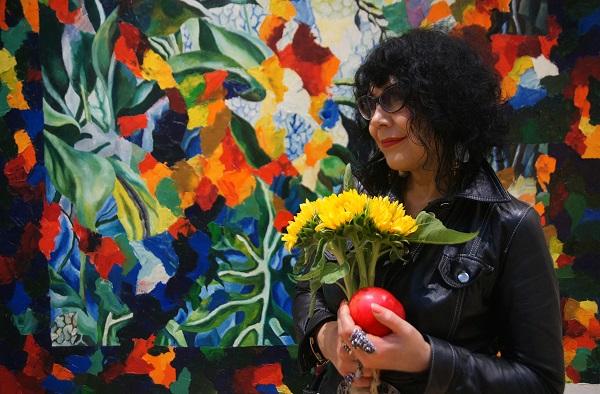 Художник  Татьяна Кузьмина-Чугунова  на фоне картины Дмитрия Плоткина