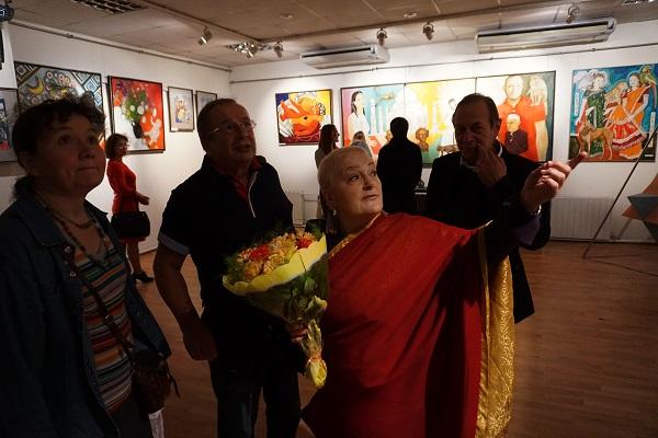 """Первые гости.  Маргарита Юркова  автор выставки  рассказывает о своих новых работах в экспозиции """"Индия, любовь моя!"""""""