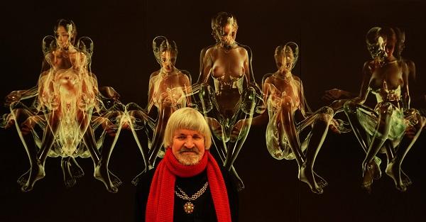 Искусствовед  Слава Лен на фоне произведения  Константина Худякова