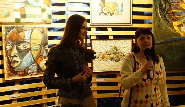 Мария Туманова (справа) художник, поэт участник выставки