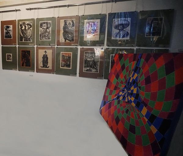 Картина Мухадина Кишева в Творческой Мастерской Рябичевых на фоне графики латиноамериканских художников из фондов  Академии Народного искусства