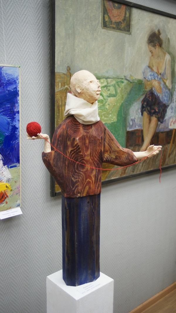 """Скульптор  А.Якименко """"Красная нить"""" шамот, сосна, текстиль 2016"""