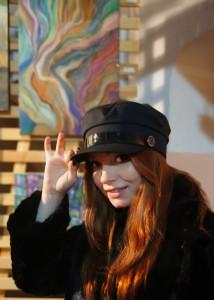 Художник  Елизавета Мазурова  на фоне своих работ